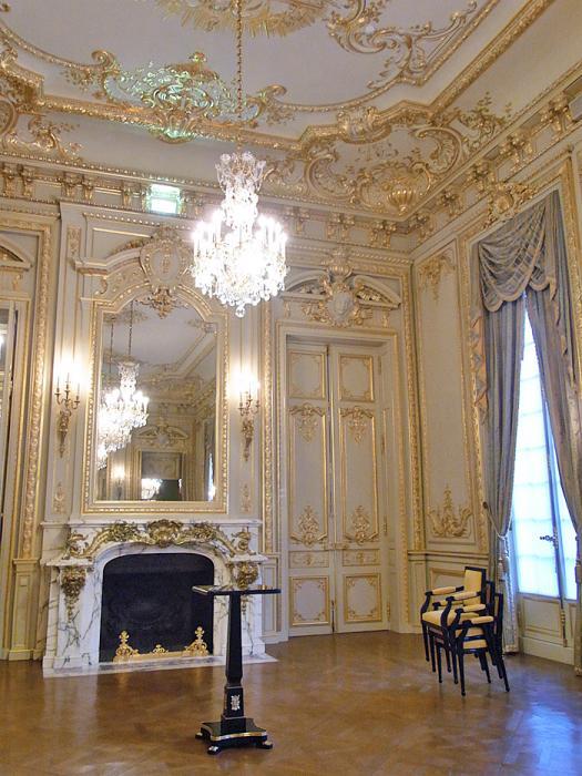 72.8:525:700:0:0:hall:none:0:1:豪華なシャンデリア、マントルピースそして壁天井はホワイトとゴールドで統一:
