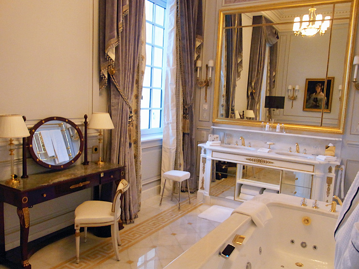 184.9:740:555:0:0:1204c:none:0:1:白を基調とした明るい雰囲気のバスルーム。ゴールドがアクセント。:
