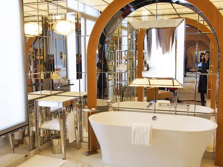 173.8:740:555:0:0:1212e:none:0:1:ミラーがたくさんのバスルーム。中央にはイタリア・FIAM社のカードレ: