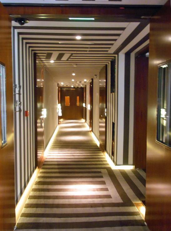 60.1:548:740:0:0:1213c:none:0:1:客室廊下。床・壁・天井をストライプの連続で魅せています: